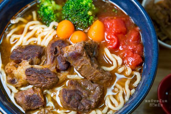 台南好吃的牛肉麵,人潮滿滿~湯頭好特別! 黑炫瘋乖乖牛肉麵