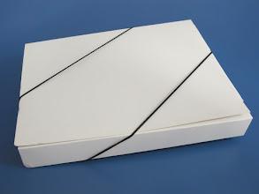 Photo: Pasta ou caixa com elástico para fecho na transversal.