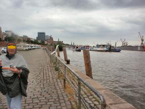 """Photo: """"R"""" im Hafen HH bei Regen"""