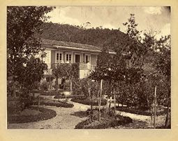 Photo: Fundos da antiga casa da Fazenda do Córrego Seco, aonde funcionava na época o Hotel Inglês. Foto de 1865