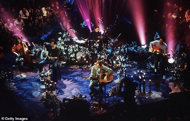Cây guitar của huyền thoại âm nhạc Kurt Cobain có giá 1 triệu USD - 2