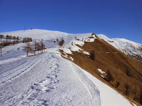 Photo: Saliamo tenendoci sulla dorsale della Costa della Cavallina, con il versante più inclinato al sole completamente privo di neve.