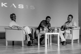 Photo: Antonio entrevista a Antonio @Calvoroy y Josu @malaprensa, sirviendo KAS15, la bebida oficial del evento.
