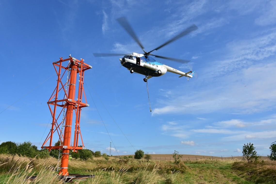 Ein Schwerlast-Hubschrauber vom Typ MI-8MSB hatte im September 2017 in rund 175 Meter Höhe auf den Telekom- Grundnetzsender eine neue Mastspitze nebst Antennenträger für das Digitalradio DAB+ aufgesetzt. Foto: Andreas Schwarze/TWP