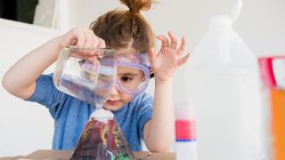 una niña haciendo un experimento científico