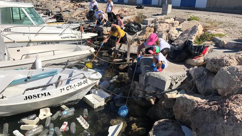 Labores de recogida de residuos en el Puerto Pesquero.