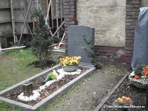 Photo: Noch einmal einige Aussenkulissen, inkl. Friedhof