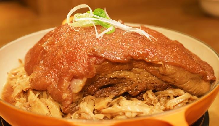 依循獨特的傳統六堆客家風味,以慢火細燉3小時,吃起來軟嫩滑順,入口即化。