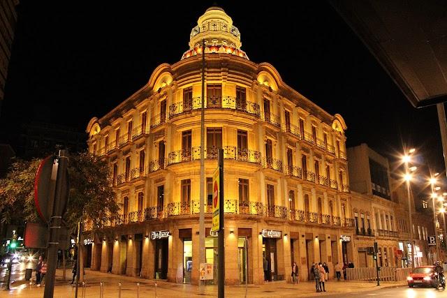 El edificio de las Mariposas, sede de Cajamar, iluminado.