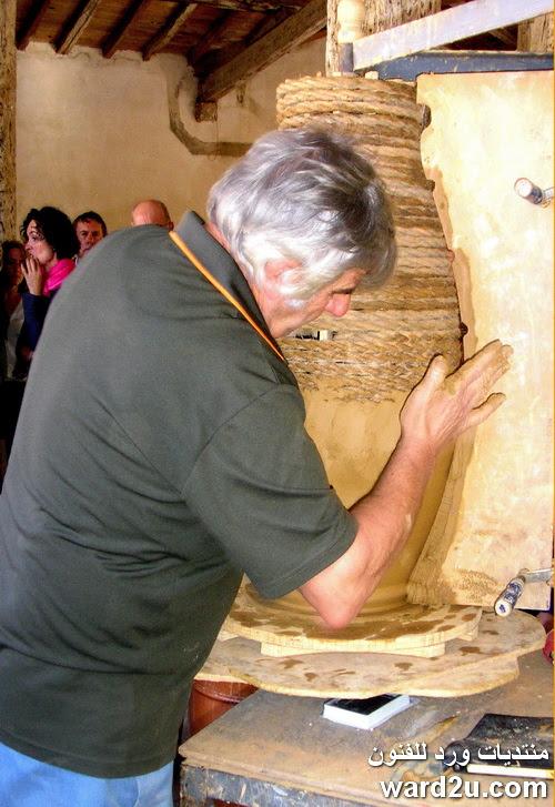 تشكيل الخزف بمساعدة هيكل خشبى