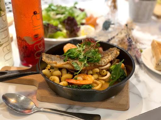 食材和料理都很用心,環境舒適、適合朋友聚餐,個人推薦檸香海鮮鍋和煙燻鮭魚布切塔麵包~