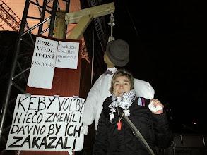 Photo: Revolucionárka Saška (Slobodný vysielač, Marian Kotleba, SHO, Róbert Švec, Mlčanie, Antiilluminati) stráži tribúnu s viselcom. To by asi bolo radosti, keby tam niekto naozaj visel. Aj kedysi v Kostnici priniesla prostoduchá babička otiepku raždia, aby ten hnusný kacír lepšie horel... https://www.facebook.com/saska.vrtochova?fref=ts
