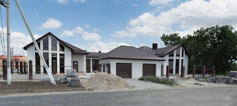 Dom parterowy wymaga posiadania dużej działki.
