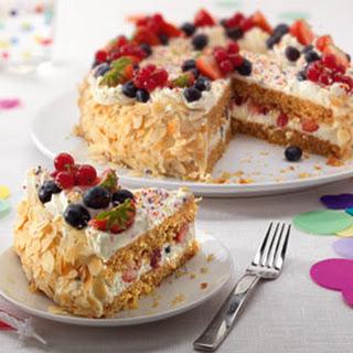 Slagroomverjaardagstaart Met Vers Fruit
