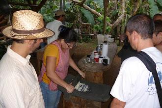 Photo: traditionelle Herstellung von Mais-Teig für leckere...