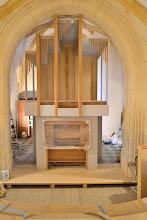 Photo: Orgle stojijo, piščali še manjkajo - Die Orgel steht, die Pfeifen fehlen noch - The organ is erected, the pipes are still missing