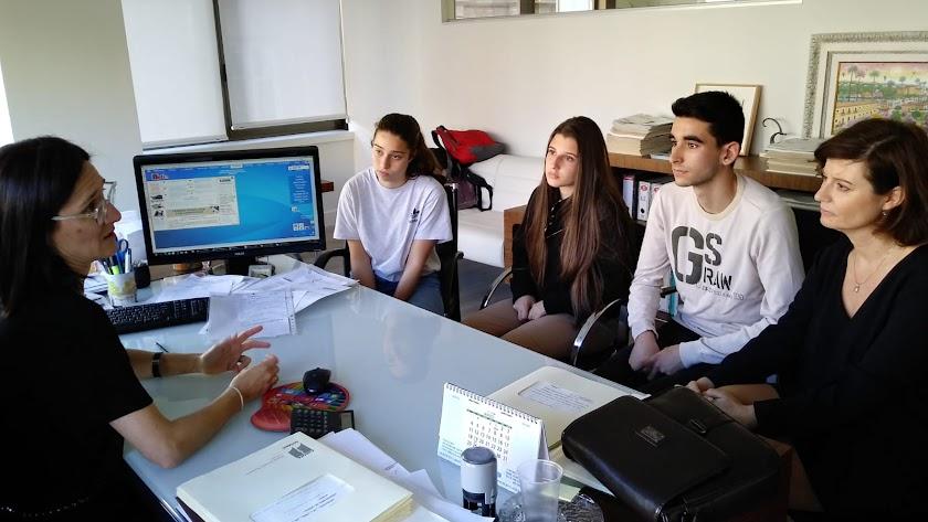 Los tres estudiantes y su profesora escuchan a la notario Marta Arrieta.