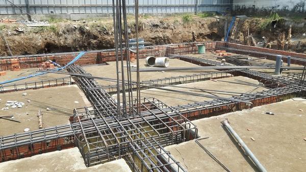 Đây là biện pháp thi công tầng hầm rất phổ biến được áp dụng khi chiều sâu hố đào không lớn