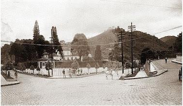 Photo: Solar do Visconde de Ubá, aonde hoje funciona a Universidade Católica de Petrópolis. À esquerda, a Rua Silva Jardim, ao centro, Benjamin Constant e, à direita, Rua Buenos Aires. Foto do início do século XX