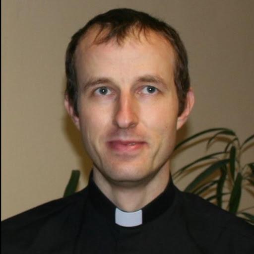 Le Père Thimotée participe au cross Ouest France pour soutenir les personnes avec un handicap de L'Arche La Ruisselée.