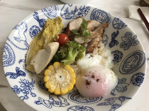 中式料理,文青裝潢風格。 料理美味,不過菜沒有洗乾淨。 好多菜蟲🐛。