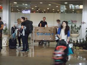 Photo: Und tatsächlich kommen Katl & Peter irgendwann aus dem Flughafengebäude ...