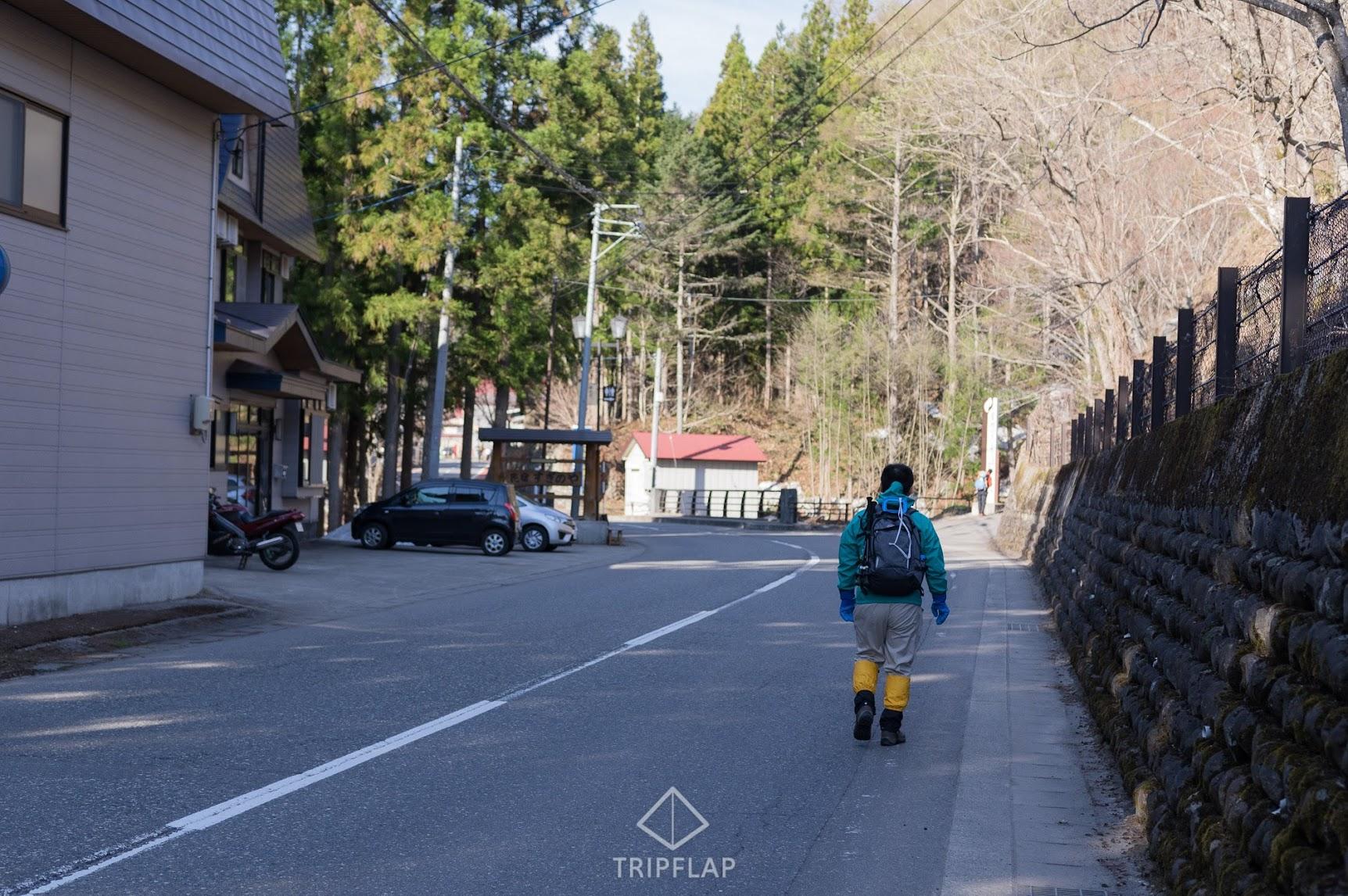 駐車場から滝沢登山口へ歩く