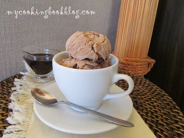 Сладолед мока (без яйца) с шоколадов сос