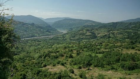 Typisch Georgien. Ein grünes Tal, durch das ein Fluss fließt.