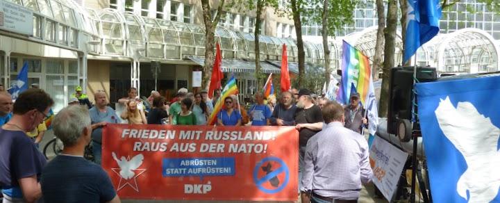 Demonstrierende, Fahnen, Transparent: «Frieden mit Russland! Raus aus der NATO! Abrüsten statt aufrüsten! DKP».