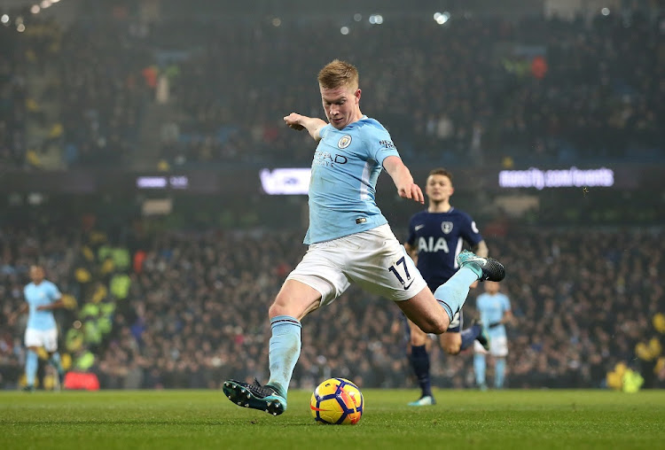 Kevin De Bruyne of Manchester City scores the second goal during the Premier League match between Manchester City and Tottenham Hotspur at Etihad Stadium on December 16, 2017 in Manchester, England.