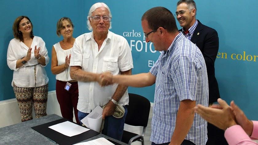 Carlos Pérez Siquier dando la mano a Andrés García Ibáñez, presidente de la Fundación Ibáñez Cosentino.