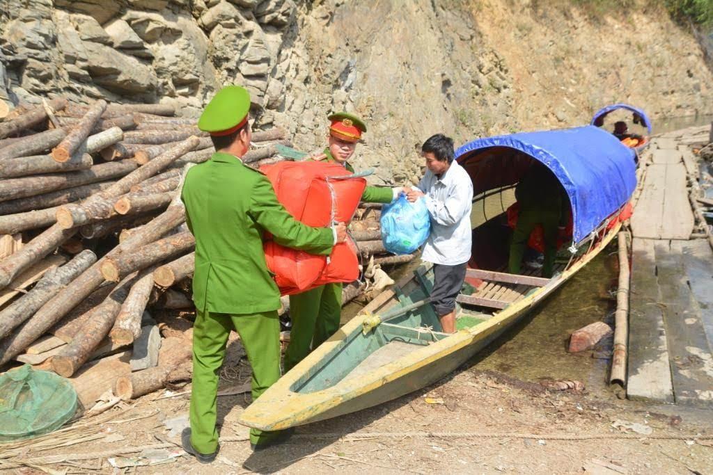 Vận chuyển quà lên thuyền để đến xã Hữu Khuông