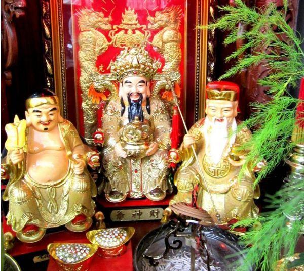 Bàn thờ Thần Tài gồm 3 ông
