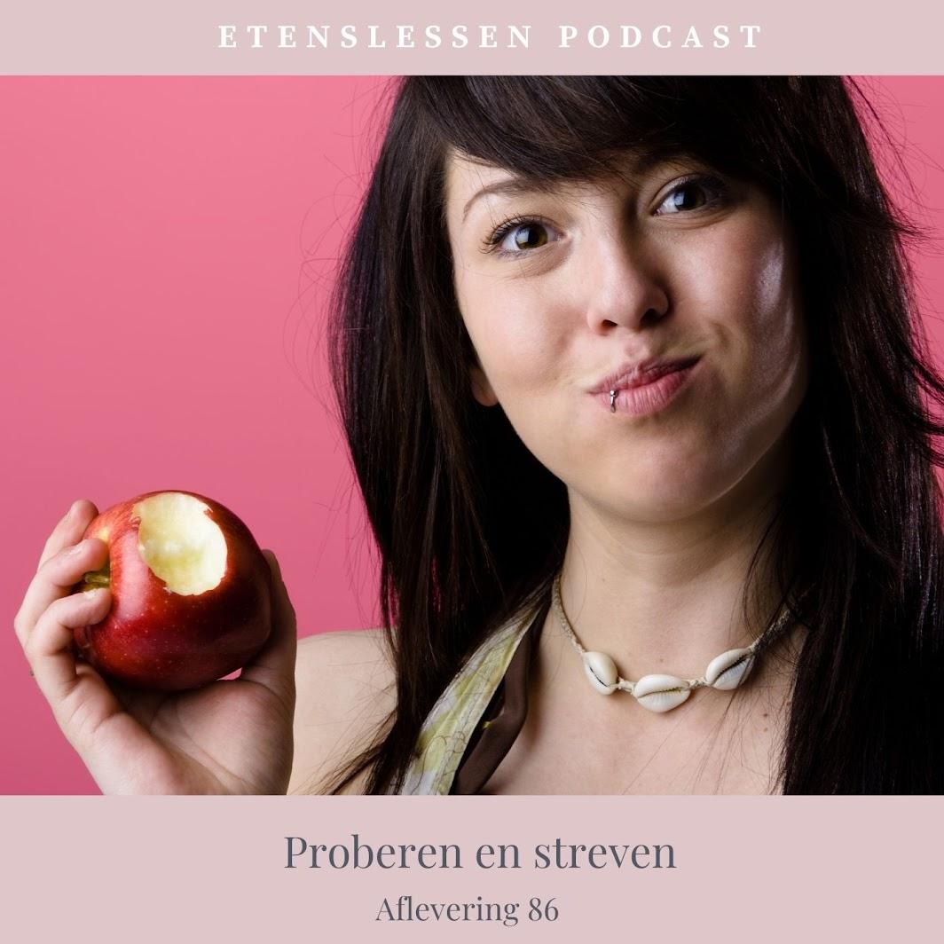 Jonge vrouw die een appel eet en in de camera kijkt met haar mond vol.