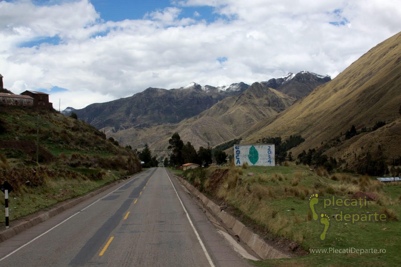 afis pro coca pe drumul ce leaga Lacul Titicaca de Cusco, in Peru