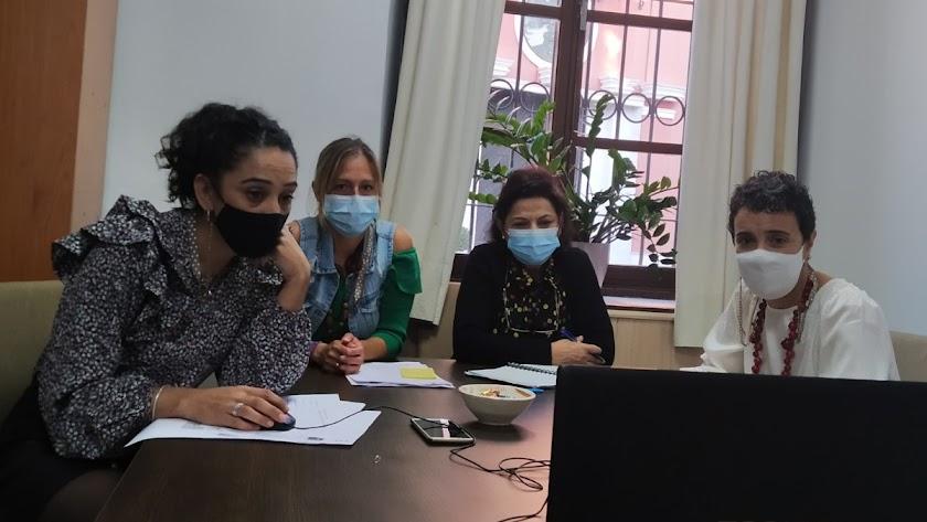 Concejal de Educación y las técnicos de Servicios Sociales en la reunión telemática.