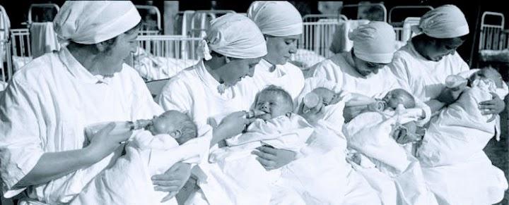 Säuglingspflege. Schwestern mit Babies.