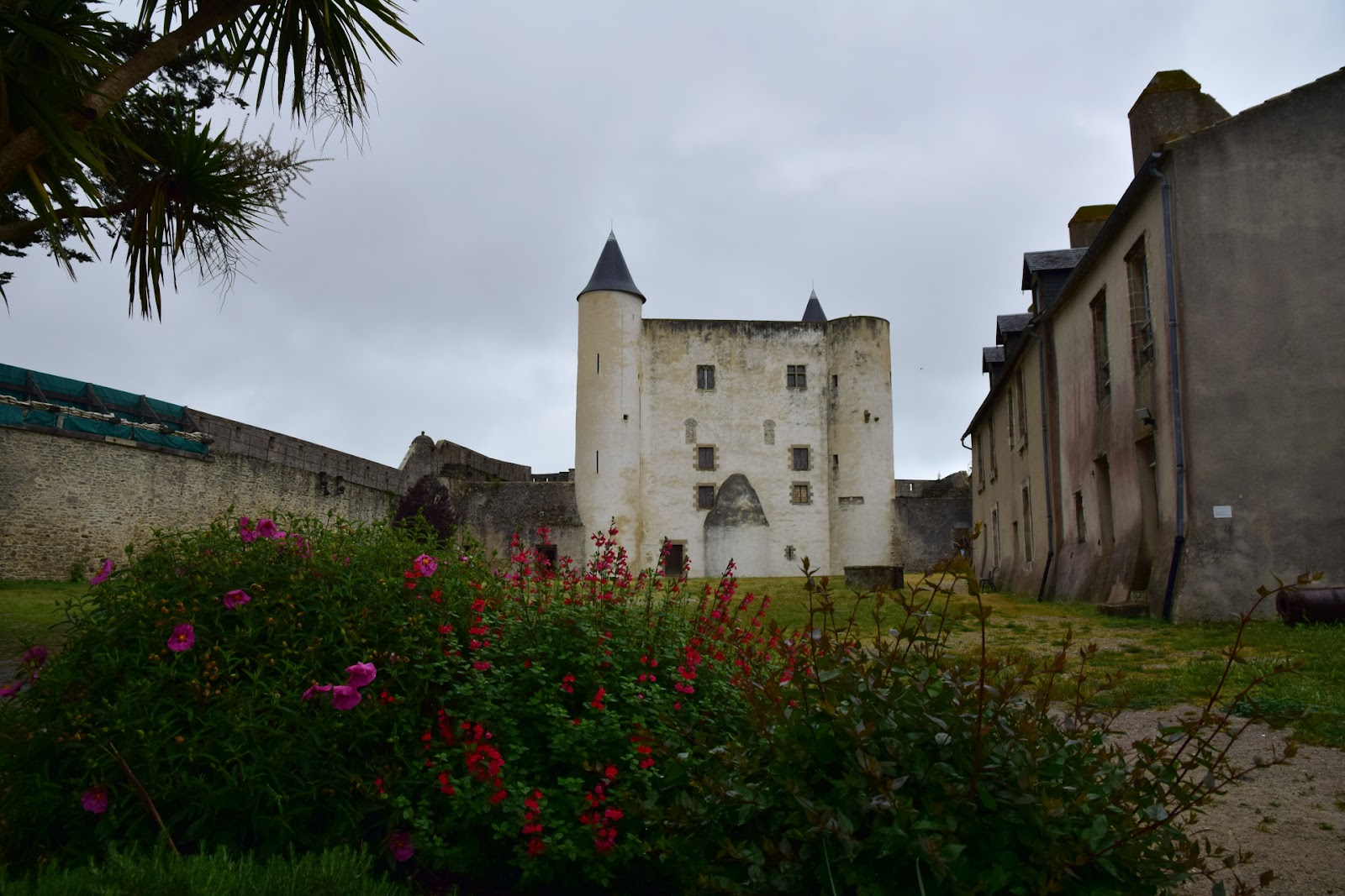 "(<img alt=""Chateau in France"">)"