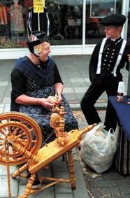 Afbeeldingsresultaat voor beeld van nederland folklore en tradities oude ambachten