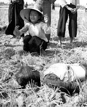 Photo: VC mine takes lives of 15 civilians, young girl weeps at the loss of her mother, who was killed by mine. http://www.vietnam.ttu.edu/virtualarchive/items.php?item=VA004322 15 thường dân bị giết bởi mìn cài đặt của Việt cộng, cô gái khóc vì chết mẹ, người bị mìn sát hại.
