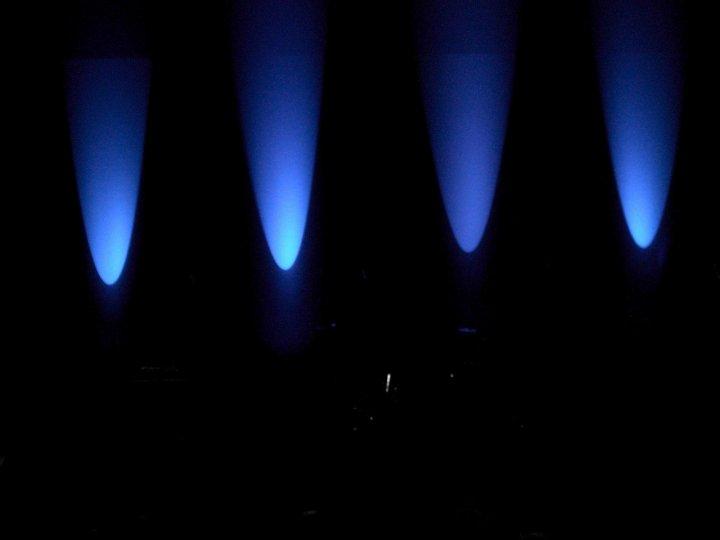 Coni di luce blu pioventi sul palco di Aliscioni Sara