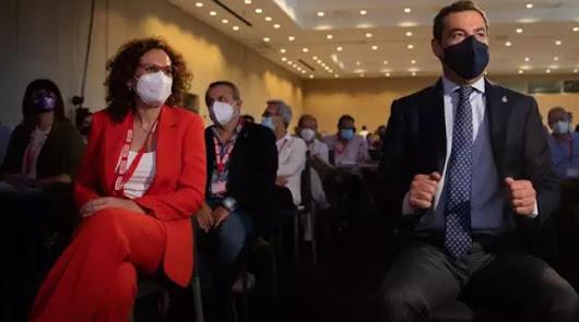 El presidente de la Junta, Juanma Moreno, la secretaria general de CCOO-A, Nuria López, este miércoles en Sevilla.