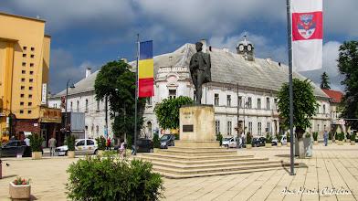 """Photo: Statuia Lui Avram Iancu - Inscripția de pe soclu este: """"Unicul dor al vieții mele este să-mi văd națiunea fericită"""". A fost ridicată cu ocazia aniversării a 150 ani de la Revoluția de la 1848. A fost dezvelită la 25 octombrie 1998 de Ziua Forțelor Armate, prin grija Consiliului Local Turda, a primarului Virgil Blasiu și Societății """"Avram Iancu"""". Statuia, realizată în iulie 1998, este opera sculptorului Ilarion Voinea, in colaborare cu Emil Crețu din Cluj-Napoca, Adrian Mitran si Daniel Sandu. A fost transpusa în bronz la Turnătoria Metalul Cluj. Are înălțime 3,5 m Piata Republicii (2013.05.31)  http://ana-maria-catalina.blogspot.ro/2012/12/turda-piata-republicii-statuia-lui.html"""