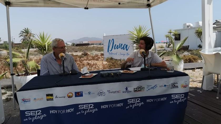 El alcalde veratense José Carmelo Jorge con el periodista Guillermo Mirón.