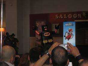 Photo: Señor disfrazado de Bartman de Lego bailando el Gagnam Style.
