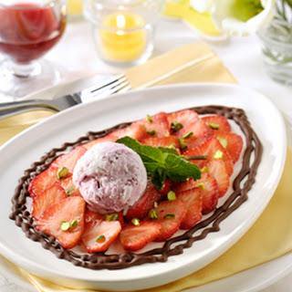 Aardbeiencarpaccio Met Pistache, Vanille En Rode Vruchtenijs