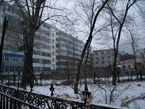 Photo: the residential building baby's mom, emakingir's house nested, through a triangle mini-garden.王华家临近的小花园。这是2011初春的暮雪。