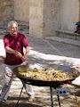 Традиционная для всей Испании паэлья иногда готовиться прям на улице