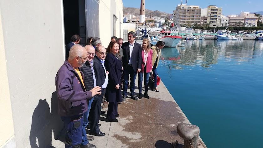Delegación local y autonómica durante la visita al Puerto de Adra.